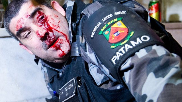 Policeman injured in Porto Alegre, on June 27, 2013. At least eight people were arrested and four were injured. (Photo by Vinicius Costa/AFP Photo)