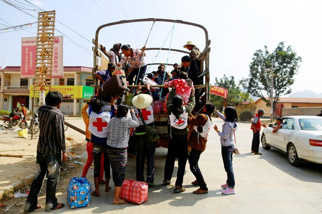 Volunteer rescue workers pick up people who have been displaced by recent violence, in Laukkai February 17, 2015. (Photo by Soe Zeya Tun/Reuters)