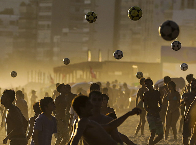 Peopleeople throw balls at the Ipanema beach during a hot day in Rio de Janeiro, Brazil, 07 January 2019. According to weather reports, temperatures in Rio de Janeiro reached up to 39.6 degrees Celsius. (Photo by António Lacerda/EPA/EFE)