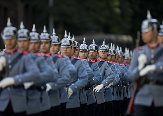"""Chile's """"Granaderos"""" presidential guard prepare for the welcoming ceremony for Brazilian President Jair Bolsonaro at La Moneda, in Santiago, Chile, Saturday, March 23, 2019. Bolsonaro is on the last day of his two-day visit. (Photo by Esteban Felix/AP Photo)"""