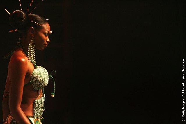 Nigerian fashion model Fome Emede walks the catwalk during a fashion show to promote ethnic fashion June 13, 2006 in Tel Aviv, Israel
