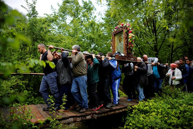 Orthodox Christian worshippers carry an icon of the Virgin Mary during a parade marking Easter near Bachkovo monastery, Bulgaria, May 2, 2016. (Photo by Stoyan Nenov/Reuters)