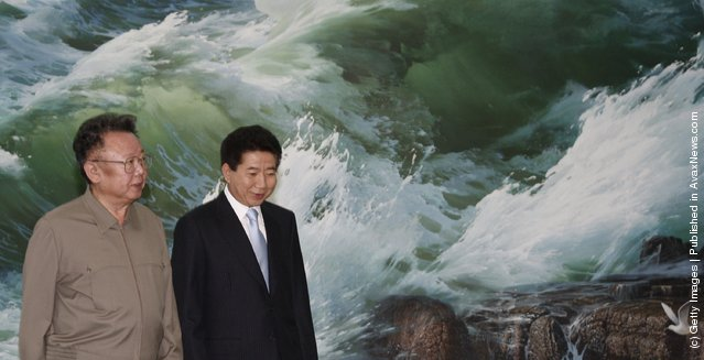 North Korean leader Kim Jong-Il (R) talks with South Korean President Roh Moo-Hyun (R) before their meeting