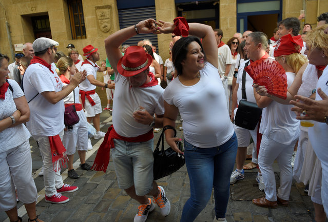 A couple dances at the San Fermin festival in Pamplona, northern Spain July 8, 2016. (Photo by Eloy Alonso/Reuters)