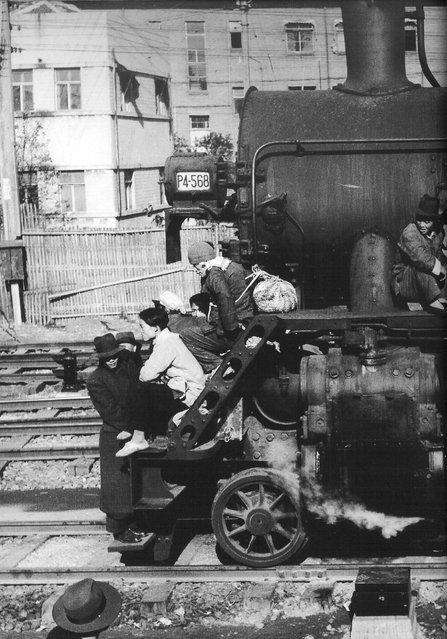1949年3月,南下逃难者挤在一火车头上。 (In March 1949, the south fled crowded in a locomotive)