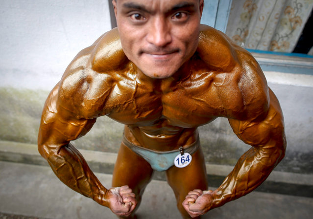 Nepalese bodybuilder pose before taking part in the first round of the Dharmashree nationwide bodybuilding championship in Kathmandu, Nepal, 29 September 2016. Hundreds of body builders from across the country took part in body building championship qualifiers. (Photo by Narendra Shrestha/EPA)