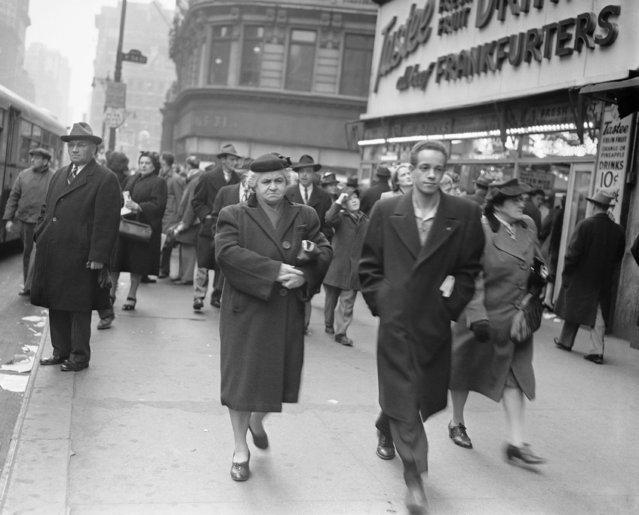 General scene showing Christmas Eve shoppers near Macy's in New York, December 24, 1946. (Photo by Carl Nesensohn/AP Photo)