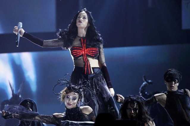 "Katy Perry performs ""Dark Horse"" at the 56th annual Grammy Awards in Los Angeles, California January 26, 2014. (Photo by Mario Anzuoni/Reuters)"