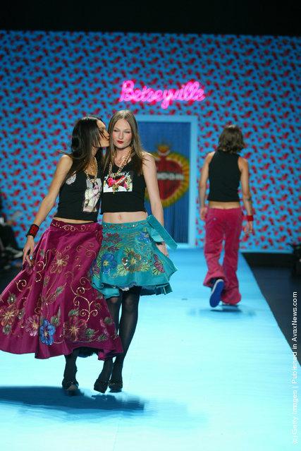 Models kiss on the runway
