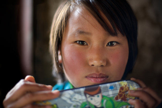 """Girl with a pencil box"". During the trip in Bhutan we could take pictures for an hour in Pobjikhathal in school based there. Besides, many beautiful shots are entsptanden. Photo location: Bhutan. (Photo and caption by Alice de Velez/National Geographic Photo Contest)"