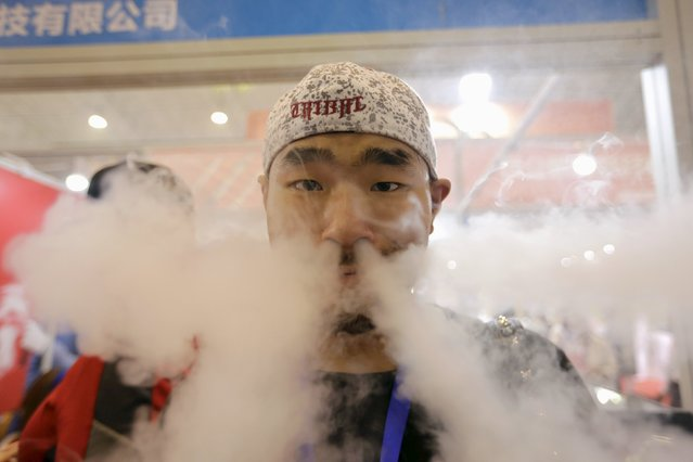 A visitor uses an electronic cigarette at Beijing International Vapor Distribution Alliance Expo (VAPE CHINA EXPO) in Beijing, July 24, 2015. According to the organizer, the Expo, which is held in Beijing from July 23 to 25, attracts over 120 companies, including global high-end e-cigarette and e-liquid brands. (Photo by Jason Lee/Reuters)