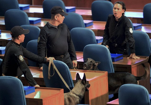 Members of the Presidential Security Group (PSG) with K9 units sweep the vicinity of the plenary hall of the House of Representatives prior to the last State of the Nation Address of President Benigno Aquino in Quezon City, metro Manila, July 27, 2015. (Photo by Romeo Ranoco/Reuters)