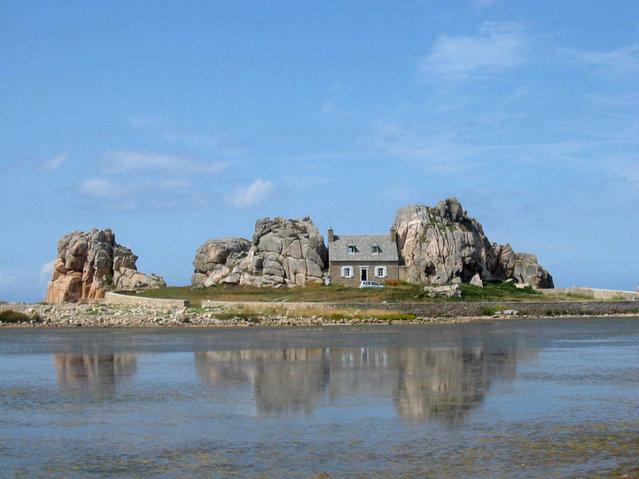 La Maison Du Gouffre Or The House Between The Rocks