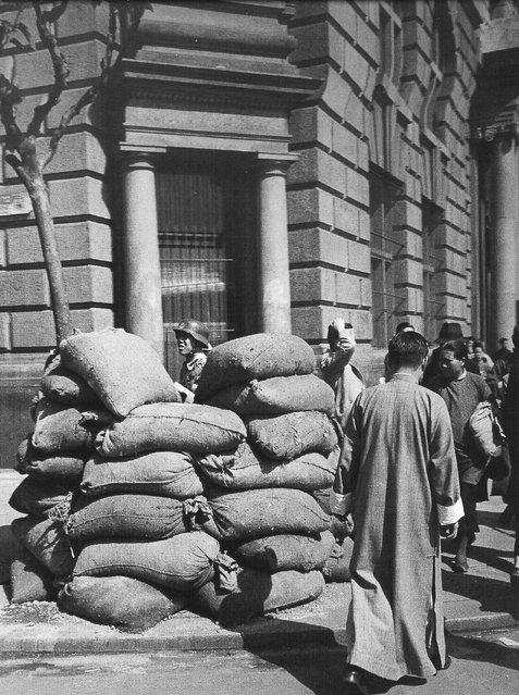 1949年5月,一外滩银行前的沙袋和士兵。 (In May 1949, a Bund bank of sandbags and soldiers)