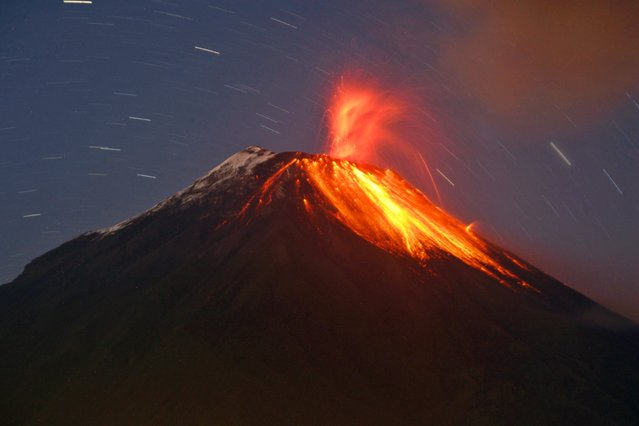 """Tungurahua volcano erupts near Banos August 31, 2014. Tungurahua, which means """"Throat of Fire"""" in the local Quechua language, has been classified as active since 1999. (Photo by Carlos Campania/Reuters)"""