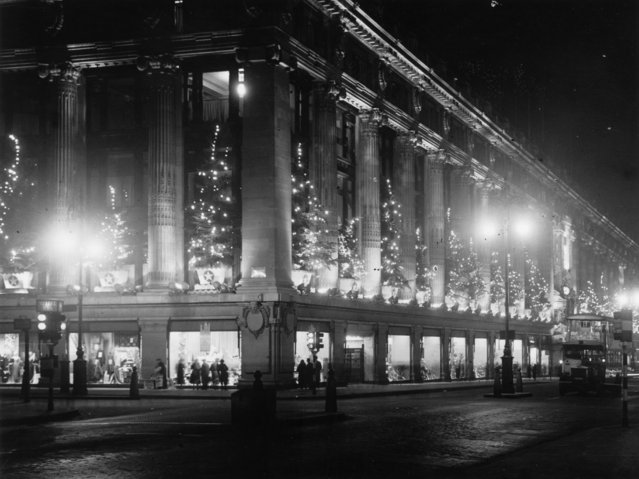 Selfridges Department Store, Oxford Street, London, lit up by christmas decorations, 6th December 1935.  (Photo by David Savill/Topical Press Agency/Getty Images)