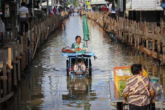Food vendors push their carts through a flooded street of Sena district in Ayutthaya province October 2, 2013. More than 2 million people have been affected by flooding in Thailand, officials said on Monday, while authorities warned that more heavy rains could inundate the country's northeast but offered assurances that there would be no repeat of 2011 when floodwaters reached central industrial areas and near Bangkok. (Photo by Chaiwat Subprasom/Reuters)
