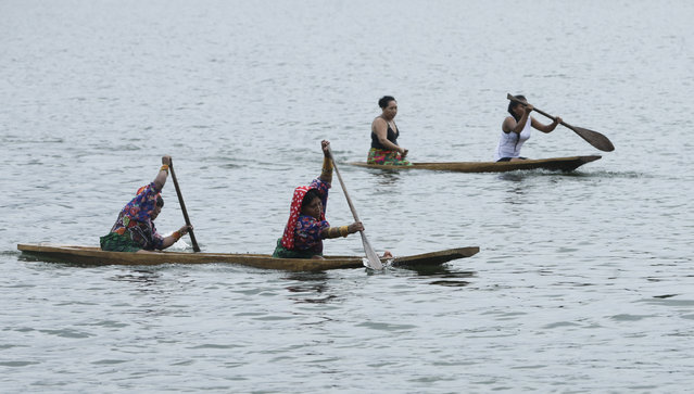 In this November 25, 2018 photo, indigenous women compete in the canoe race during the second edition of the Panamanian indigenous games on Lake Bayano, Panama. For two days, more than 100 competitors from the main indigenous groups of Panama, Guna, Embera, Ngabe Bugle, converged for the second time to celebrate their ancestral games. (Photo by Arnulfo Franco/AP Photo)