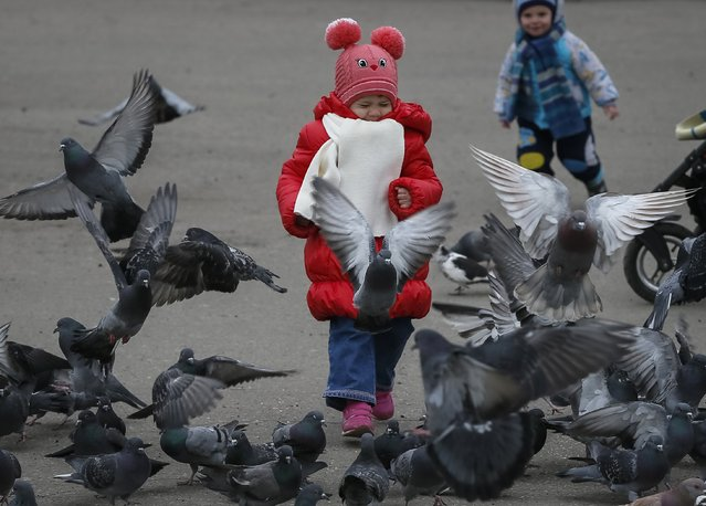 Children play in the centre of the eastern town of Slaviansk in Donetsk region March 12, 2015. (Photo by Gleb Garanich/Reuters)