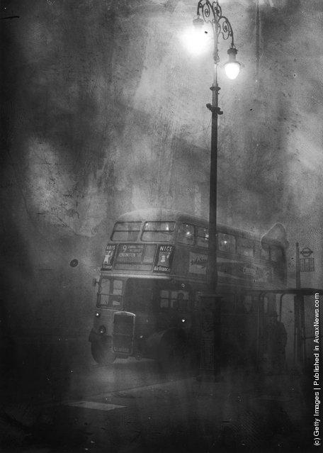 A London bus makes its way along Fleet Street in heavy smog, December 1952