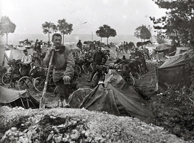 An archive picture shows French cyclists of the Cavalry Corps, on the Champagne Front, Eastern France September 22, 1915. (Photo by Collection Odette Carrez/Reuters)