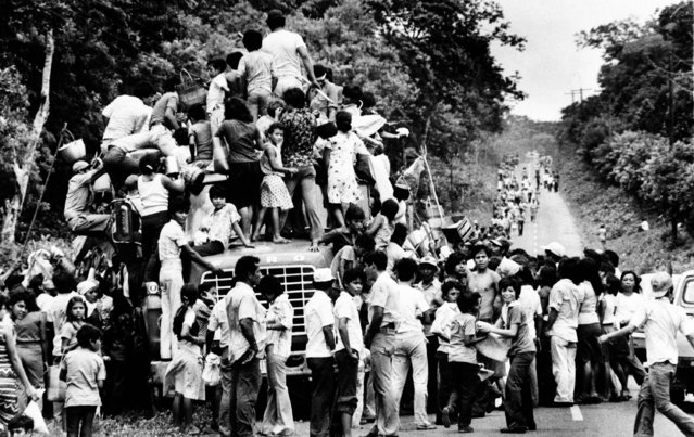 Hoards of people mob a truck loaded with food Friday June 29, 1979 on one of the backroads leading to Managua, Nicaragua. Food is becoming very scarce as the war continues between the Sandinista guerrillas and Nicaraguan National Guard. (Photo by AP Photo)