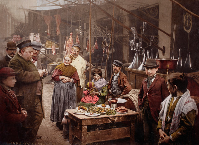 The finished photochromes were produced using at least six different tint stones, although many more were often used. Here: Street food in the Strada del Porto in Naples, Italy, 1899. (Photo by Swiss Camera Museum/The Guardian)