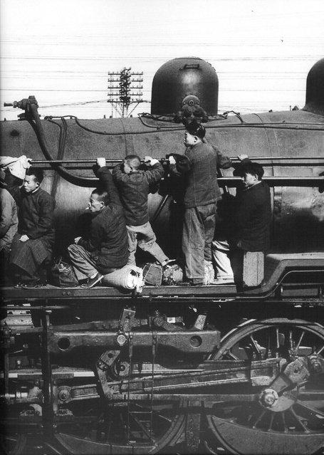 1949年3月,上海北站,逃难者挤满了南下的列车。 (In March 1949, Shanghai North Railway Station, flight packed train southward)