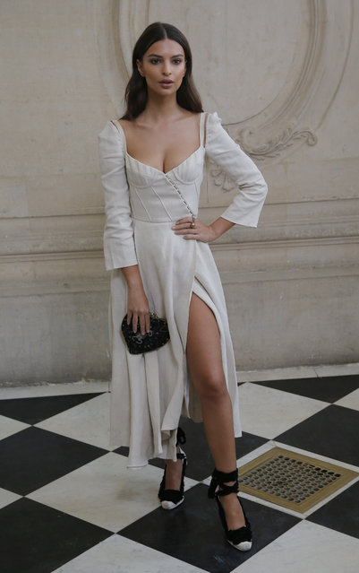Model Emily Ratajkowski poses for photographers before the presentation of Christian Dior's Spring-Summer 2018 ready-to-wear fashion collection in Paris, Tuesday, September 26, 2017. (Photo by Michel Euler/AP Photo)