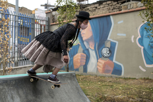 "A woman dressing the traditional clothes of a ""cholita"",  skates  during a skate festival on September 30, 2020 in La Paz, Bolivia. According to the Johns Hopkins University Resource Center, Bolivia has over 130,000 confirmed cases of Covid-19 and more than 7,500 deceases. (Photo by Gaston Brito/Getty Images)"