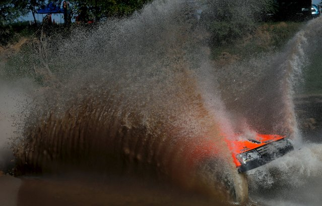 Robby Gordon of the U.S. drives his Gordini through the water during the Buenos Aires-Rosario prologue stage of Dakar Rally 2016 in Arrecifes, Argentina, January 2, 2016. (Photo by Marcos Brindicci/Reuters)
