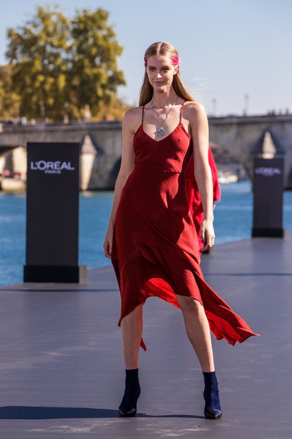 A model presents a creation as part of a fashion show organized by cosmetics company L'Oreal on the Seine, during the Paris Fashion Week, in Paris, France, 30 September 2018. (Photo by Christophe Petit Tesson/EPA/EFE)