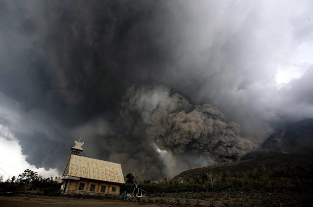 Mounth Sinabung spews volcanic materials in Karo, North Sumatra, Indonesia, 01 February 2014. (Photo by Chairaly/EPA)