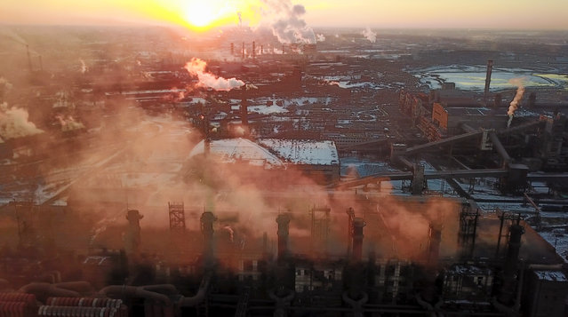 In this March 21, 2018 photo smog and fog rise from the Chelyabinsk Electrometallurgical Plant in Chelyabinsk, Russia. Residents of Chelyabinsk are expressing worry over industrial pollution after heavy smog enveloped the Ural Mountains city this month and remained for two weeks. On Sunday, Dec. 23, 2018 about 700 protesters braved temperatures of –20 degrees Celsius (–4 degrees Fahrenheit) to demand cleaner air. (Photo by Dmitry Balakiev/AP Photo)
