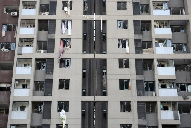 Broken windows are seen on a building where residents were evacuated, near the site of Wednesday night's explosions, at Binhai new district in Tianjin, China, August 13, 2015. (Photo by Reuters/Stringer)