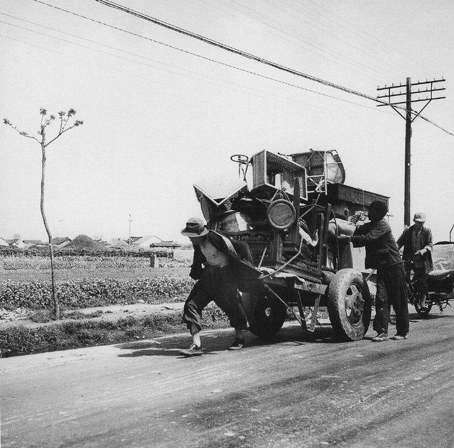 1949年5月,一村民拉着他的所有家产向市区进发。 (In May 1949, the villagers took all his possessions, moving to urban areas)