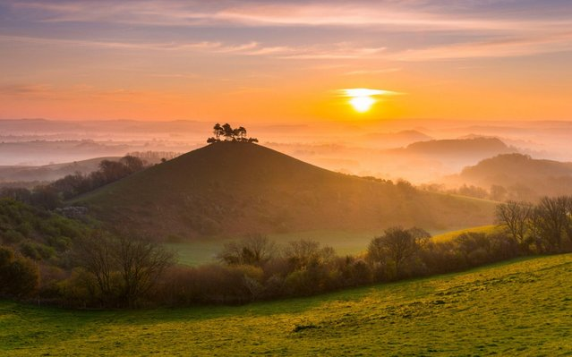 Colmers Hill near Bridport in Dorset, UK sits above the mist at sunrise ahead of another forecast warm sunny spring day on April 9, 2020. (Photo by Graham Hunt/Alamy Live News)