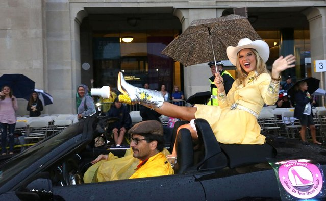 "Miss Texas Shannon Sanderford waves to family during the 2016 Miss America pageant ""Show Us Your Shoes"" parade Saturday, September 12, 2015, in Atlantic City, N.J. (Photo by Michael Ein/The Press of Atlantic City via AP Photo)"