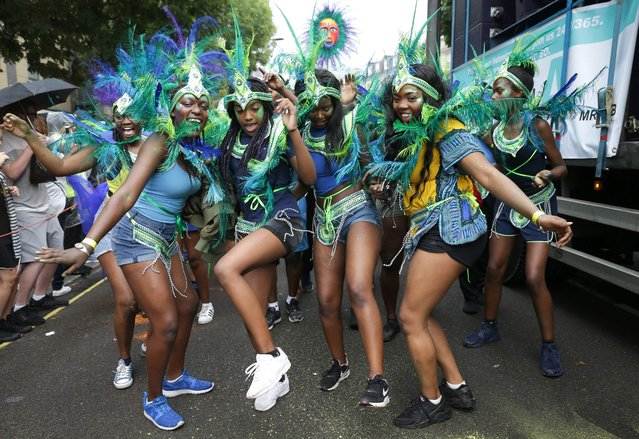 Performers in costume pose on the first day of the Notting Hill Carnival in west London on August 28, 2016. (Photo by Daniel Leal-Olivas/AFP Photo)