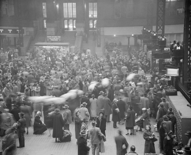 The pre-Christmas weekend holiday rush is on in this view of Penn Station in New York, December 21, 1951. In the right center are a group of sailors with duffel bags hoisted on their shoulders. (Photo by John Rooney/AP Photo)