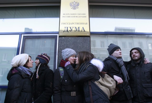 """Gay rights activists kiss during a protest outside the Duma, Russia's lower house of Parliament, in Moscow January 22, 2013. Russia's parliament is due to hold its first reading on a """"homosexual propaganda"""" law. (Photo by Sergei Karpukhin/Reuters)"""