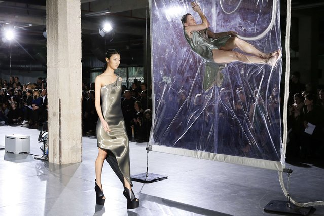 A model presents a creation by Iris Van Herpen during the 2014/2015 Autumn/Winter ready-to-wear collection fashion show, on March 4, 2014 in Paris. (Photo by Patrick Kovarik/AFP Photo)