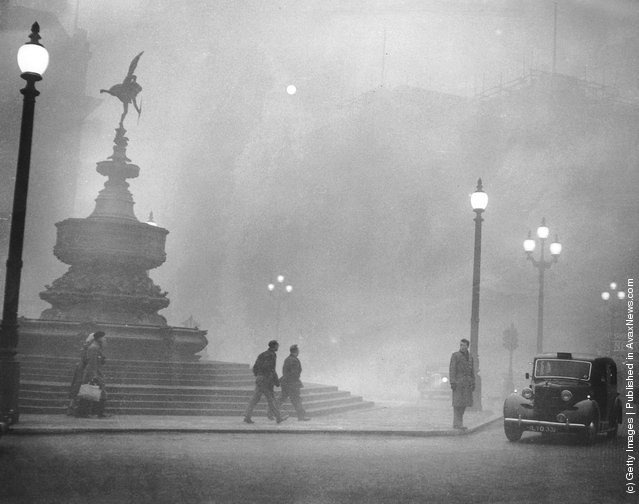 Heavy smog in Piccadilly Circus, London, December 1952