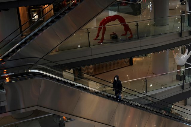 A man wearing a face mask rides an escalator inside a shopping mall, following an outbreak of the novel coronavirus, in Beijing, China on February 12, 2020. (Photo by Tingshu Wang/Reuters)
