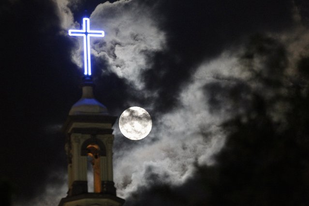 A supermoon rises over the dome of the Metropolitan Cathedral in Monterrey August 10, 2014. (Photo by Daniel Becerril/Reuters)