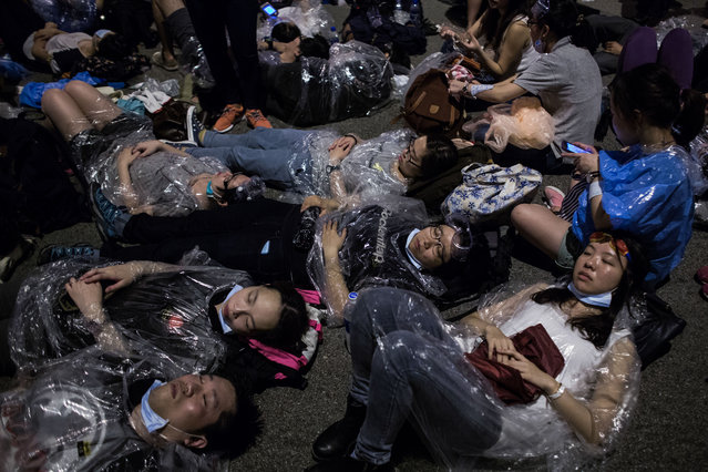Anti-government activists gather near government offices during a protest in Hong Kong, China, in the early morning hours of Sunday, September 28, 2014. (Photo by Lam Yik Fei/Bloomberg)