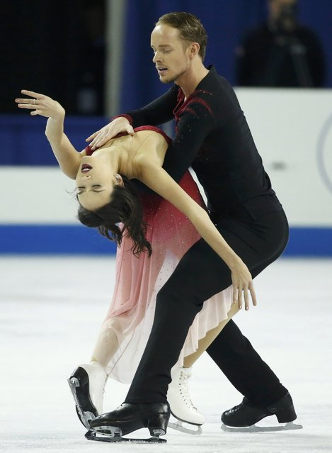 Madison Chock and Evan Bates of the U.S. perform during the ice dance free dance program at the Skate America figure skating competition in Milwaukee, Wisconsin October 24, 2015. Fifty-six Olympic and world championship athletes are competing in the event, which is the first of six stops on the International Skating Union (ISU) Grand Prix of Figure Skating Series. (Photo by Lucy Nicholson/Reuters)