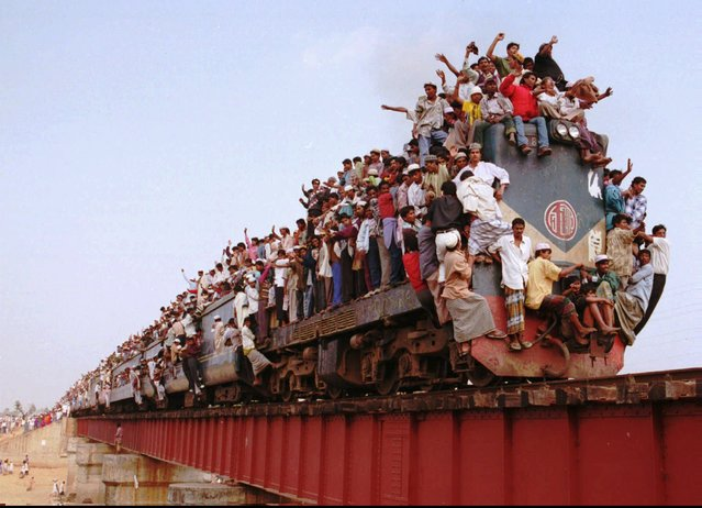 Thousands of Muslim pilgrims crowd a train in Tongi, 15 kilometers (10 miles) north of Dhaka, Monday, December 30, 1996 to return home after a three-day Islamic festival. At least two million Muslims prayed for the unity of the Islamic Ummah. (Photo by Pavel Rahman/AP Photo)