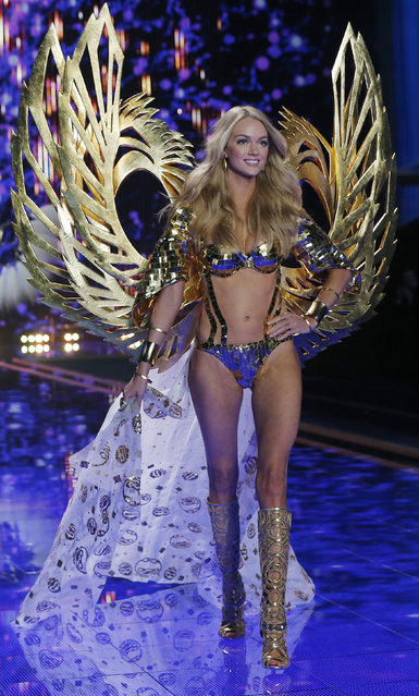 Model Lindsay Ellingson presents a creation at the 2014 Victoria's Secret Fashion Show in London December 2, 2014. (Photo by Suzanne Plunkett/Reuters)