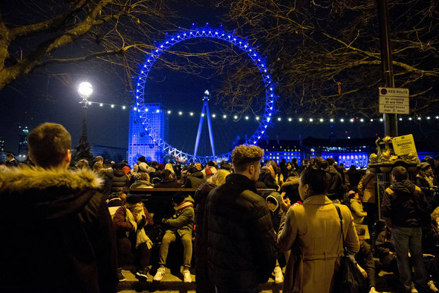 Crowds begin to gather on the Embankment in central London, for the New Year celebration fireworks display at the London Eye, in central London, on December 31, 2014. (Photo by Laura Lean/PA Wire/ZUMA Press)
